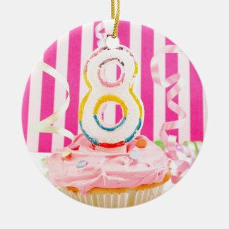 Magdalena del cumpleaños con el número 8 velas en adorno navideño redondo de cerámica