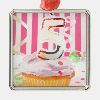 Magdalena del cumpleaños con el número cinco velas adorno navideño cuadrado de metal