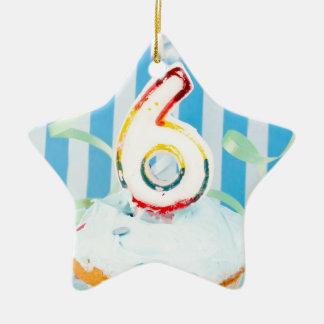 Magdalena del cumpleaños con el número seis velas adorno navideño de cerámica en forma de estrella