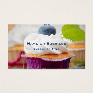 Magdalena deliciosa del arándano con crema azotada tarjeta de negocios