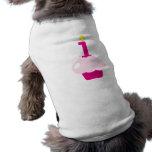 Magdalena rosada con la vela del cumpleaños camisetas de perrito
