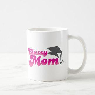 Mamá con clase con el gorra de la graduación taza clásica