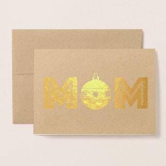 Mamá con un ornamento del navidad tarjeta con relieve metalizado