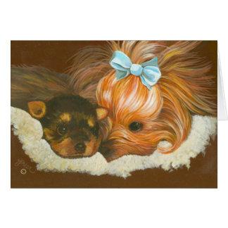Mamá de Yorkshire Terrier con las tarjetas de nota