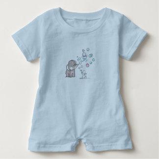 mameluco azul claro del bebé