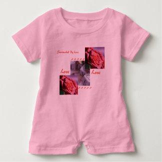 Mameluco color de rosa del chica del amor