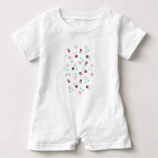 Mameluco del bebé con las flores y las hojas del camisetas