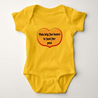 Mameluco gordo del bebé del corazón camisetas