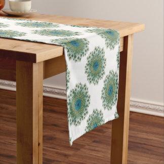 Mandala colorida del pavo real masculino camino de mesa corto