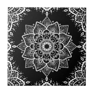 Mandala floral blanca y marco blanco en negro azulejo cuadrado pequeño