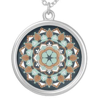 Mandala floral coloreada 060517_1 collar plateado