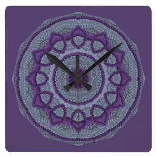 Mandala gris púrpura reloj cuadrado