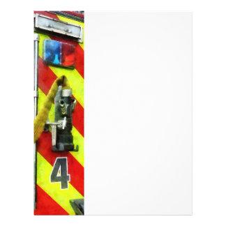 Manguera de bomberos en el coche de bomberos rayad tarjetas informativas
