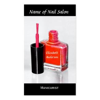 Manicuro rosado del esmalte de uñas en el salón de tarjetas de visita