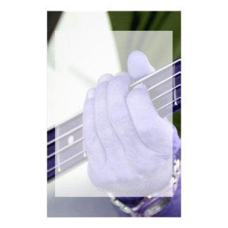 mano azul baja del jugador en la fotografía del va  papeleria