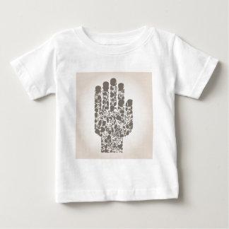 Mano de una parte de un cuerpo camiseta de bebé