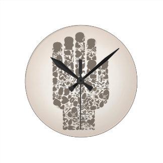 Mano de una parte de un cuerpo reloj redondo mediano