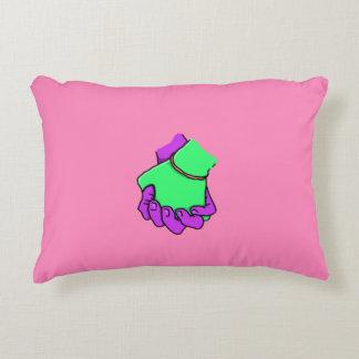 Mano del arte pop que sostiene la almohada