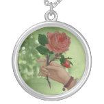 Mano del rosa rojo de las tarjetas del día de San  Joyerias
