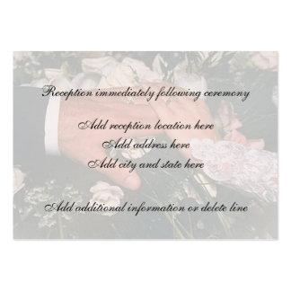 Mano en tarjeta de la recepción de la boda plantilla de tarjeta de visita