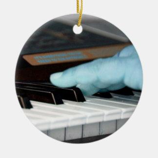 mano izquierda eléctrica azul del piano que juega adorno redondo de cerámica