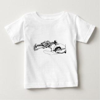 Mano que repara el viejo dispositivo camiseta de bebé