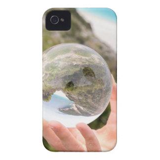 Mano que sostiene la bola de cristal cerca del mar funda para iPhone 4 de Case-Mate