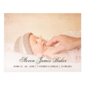 Mano recién nacida del bebé de la foto clásica del postal