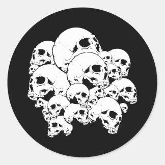 Manojo de los cráneos pegatina redonda