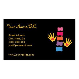 Manos de la quiropráctica y tarjetas de visita de