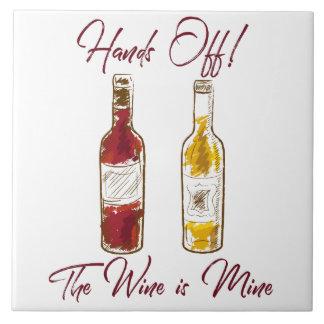 Manos de la teja del vino