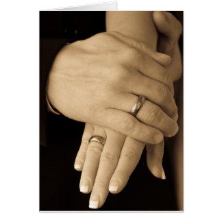 Manos del recién casado tarjeta de felicitación