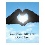 Manos en silueta de la forma del corazón en el flyer personalizado