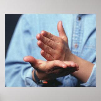Manos que hacen gesto: uno de mano derecho poster