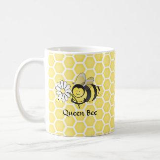 Manosee la abeja con la margarita taza de café