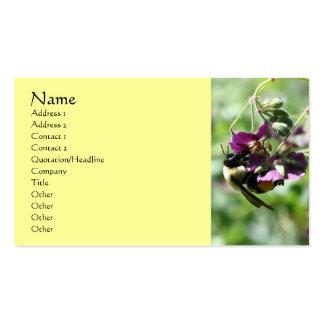 Manosee la abeja en tarjeta de visita de la natura