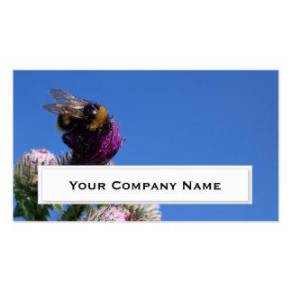 Manosee la abeja en tarjetas de visita del cardo