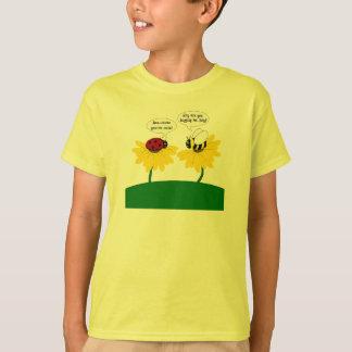 Manosee la camisa linda de la abeja y de la