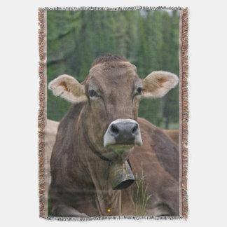 Manta alpina del tiro de la vaca