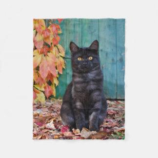Manta Polar El gatito lindo del gato negro con rojo sale de la