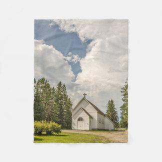 Manta Polar Iglesia blanca rural con una cruz y nubes