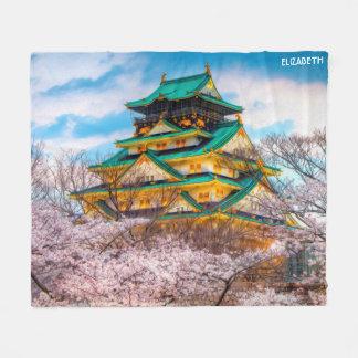 Manta Polar Pagoda y Sakura japoneses del jardín en Osaka,