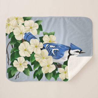 Manta Sherpa Arrendajo azul entre las flores del Dogwood