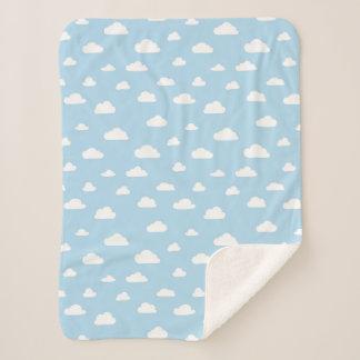 Manta Sherpa Nubes blancas del dibujo animado en el fondo azul