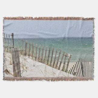 Manta Vista al mar a través de la cerca de la playa
