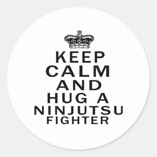 Mantenga combatiente tranquilo y del abrazo de etiquetas redondas