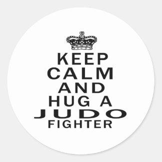 Mantenga combatiente tranquilo y del abrazo del pegatina redonda