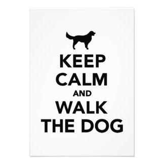 Mantenga perro tranquilo y del paseo invitación