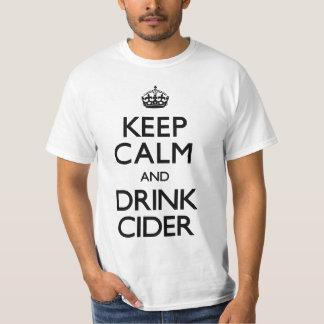 Mantenga sidra tranquila y de la bebida (continúe) camisetas