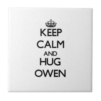 Mantenga tranquilo y abrazo Owen